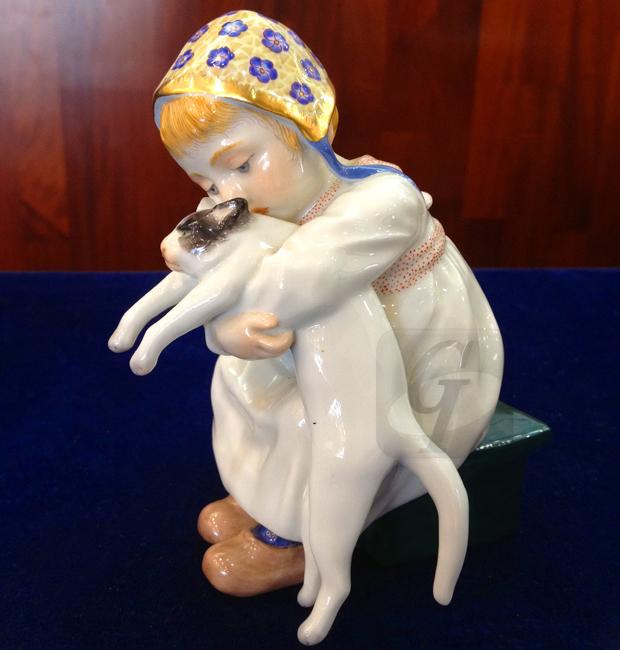 【Meissen】マイセン ヘンチェル作 猫を抱く少女は猫好きの女性がコレクションを娘に相続させたが猫が苦手で速攻で買取に出されが超高額で売られる