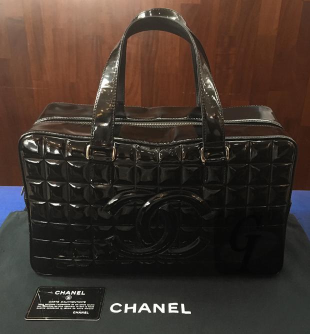 【CHANEL】シャネル チョコバー エナメルバッグは 高額なバッグの中で リーズナブルで機能的な入門バッグとして最適なモデル
