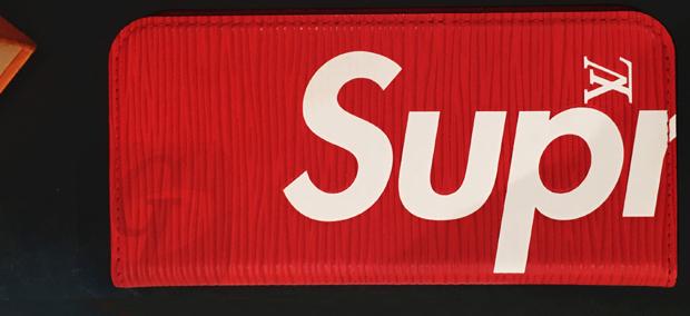 【 Supreme LOUIS VUITTON 】シュプリーム ルイヴィトン iphone7 フォリオ エピ 限定アイテムは若返りを図りたい老舗とラグジュアリーの霊気の欲しい新興の利害が一致した相乗効果モデル